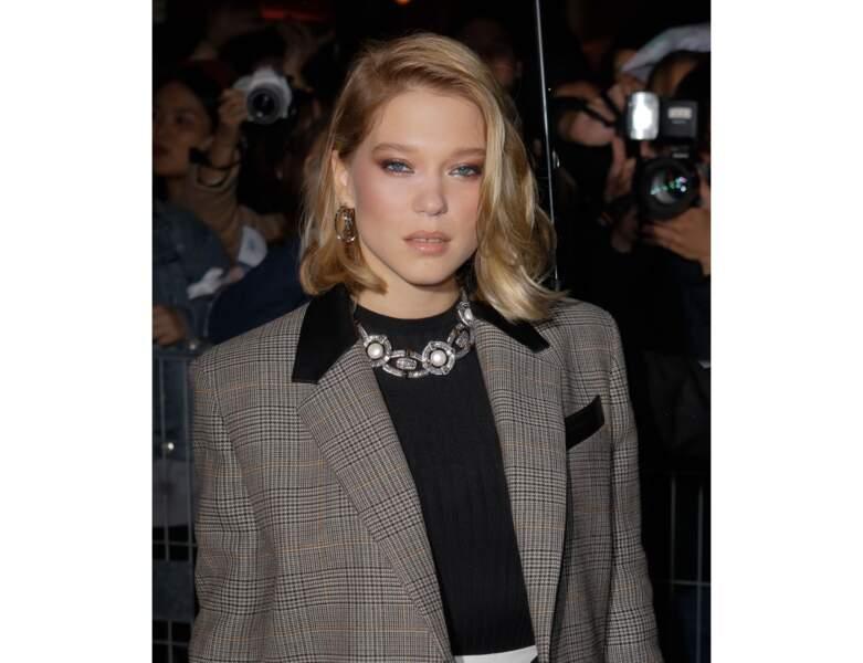 Elle assiste au défilé Louis Vuitton avec un make-up nude tendance