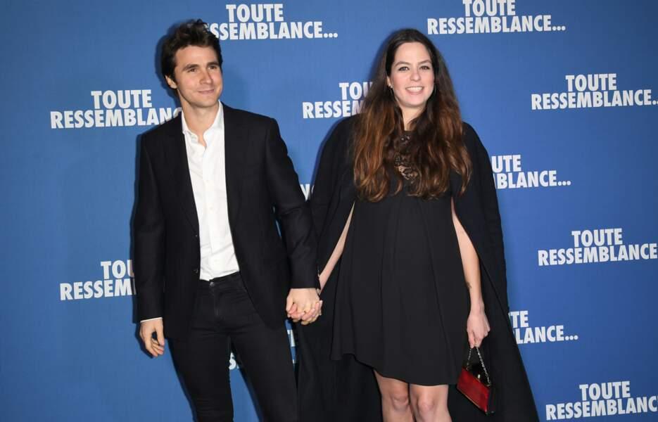 Sublime, la jeune femme est arrivée au bras de son compagnon Julien Dereims et a fait sensation dans une jolie robe noire et des talons hauts.