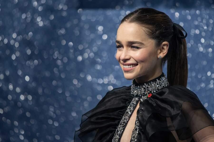 La queue-de-cheval avec ruban comme Emilia Clarke