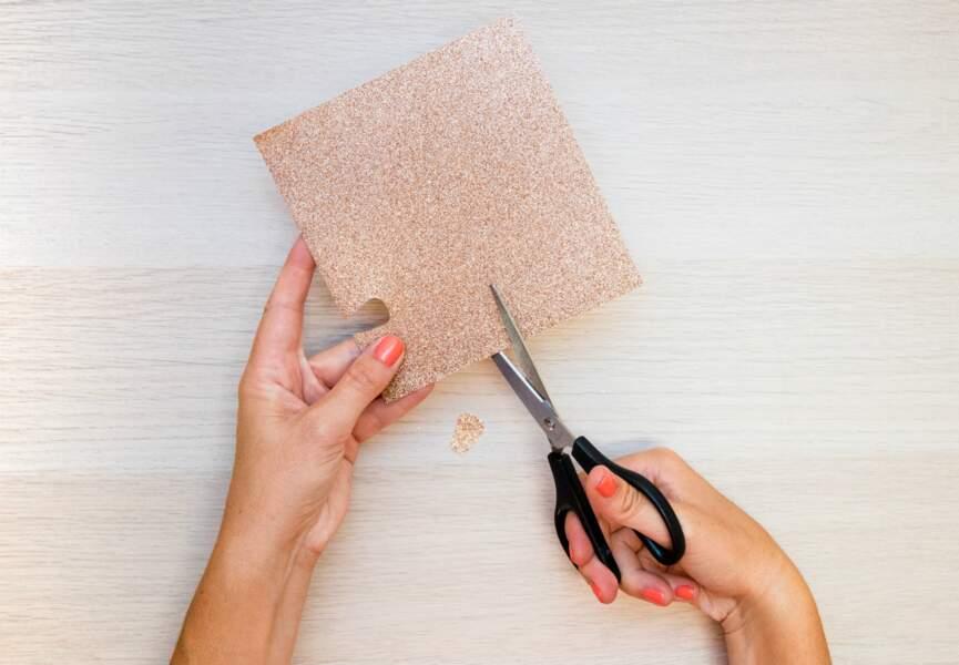 Découpez la feuille de papier pailletée