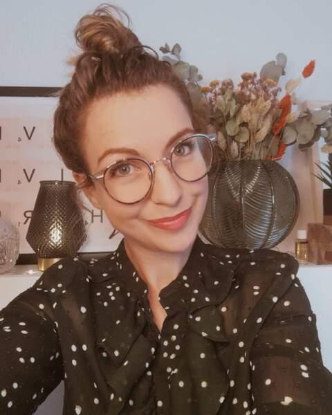 Les lunettes avec un chignon bun