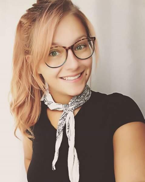 Les lunettes avec une queue-de-cheval