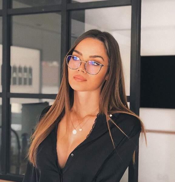 Les lunettes avec des cheveux longs