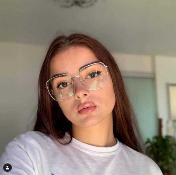 Les lunettes avec les cheveux lisses