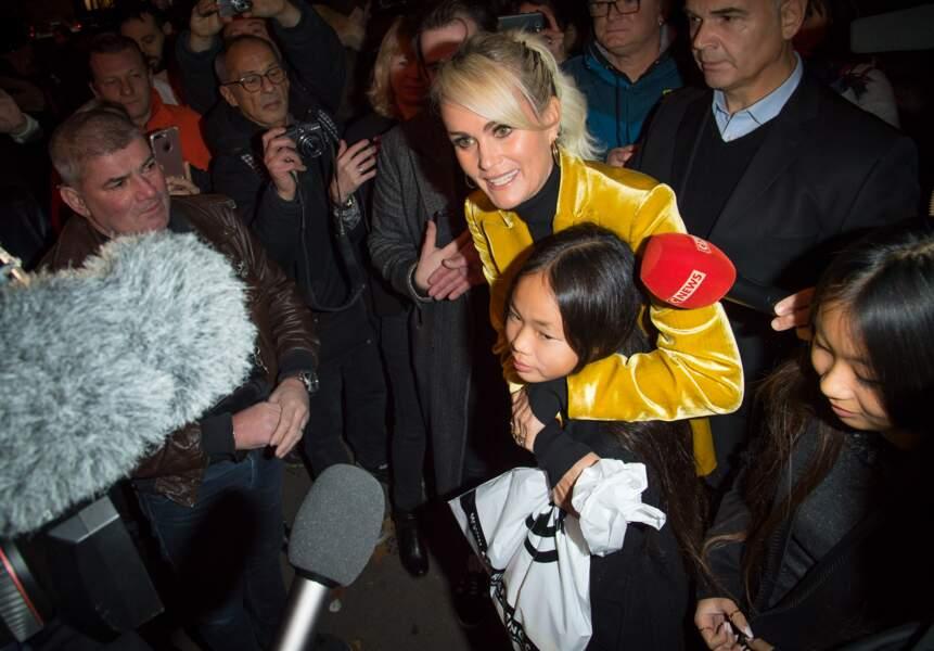Laeticia Hallyday, Jade et Joy arrivent à la soirée hommage à Johnny Hallyday à l'Olympia