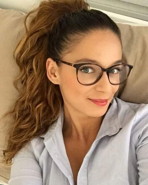 Les lunettes avec une ponytail ondulée