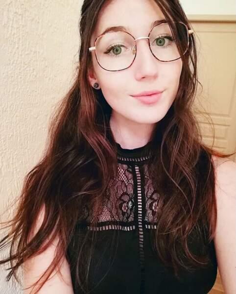 Les lunettes avec une demi queue-de-cheval