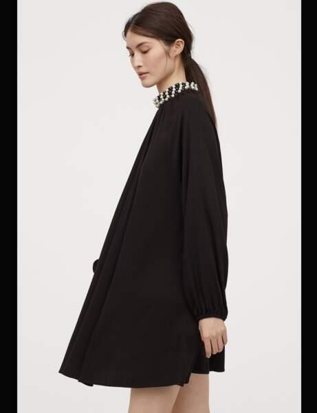 Siyah elbise: inci boyun