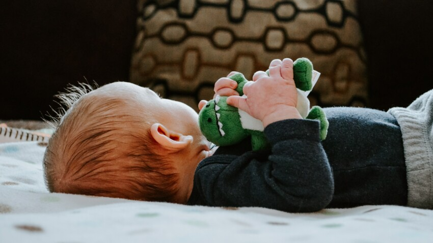 Mon enfant est accro à son doudou : faut-il l'aider à s'en détacher ?