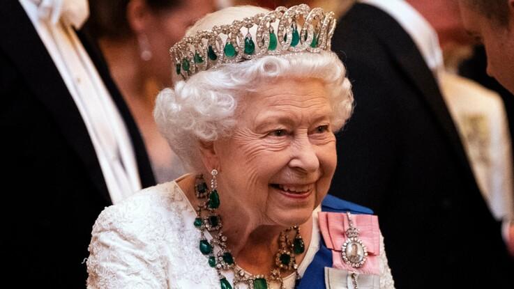 Elisabeth II : comment la reine choisit-elle ses tenues de Noël ?