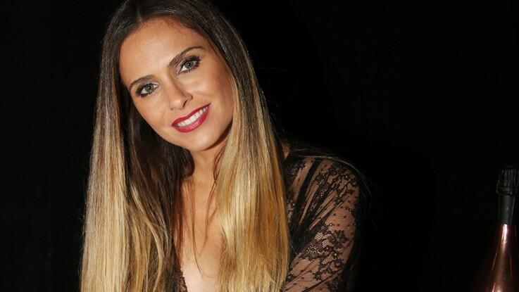 Clara Morgane : seins nus et porte-jarretelle satiné, elle dévoile un nouveau cliché sexy extrait de son calendrier (ohlala !)