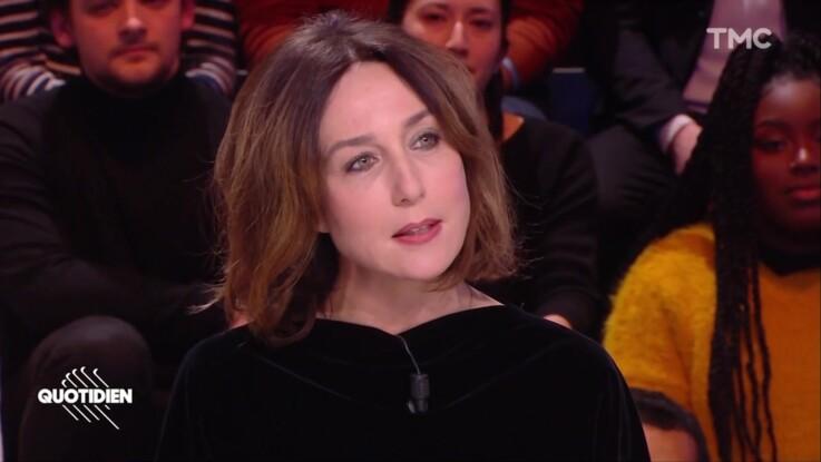 """""""Quotidien"""" : gros malaise quand Elsa Zylberstein refuse de répondre à une question, les internautes scandalisés"""
