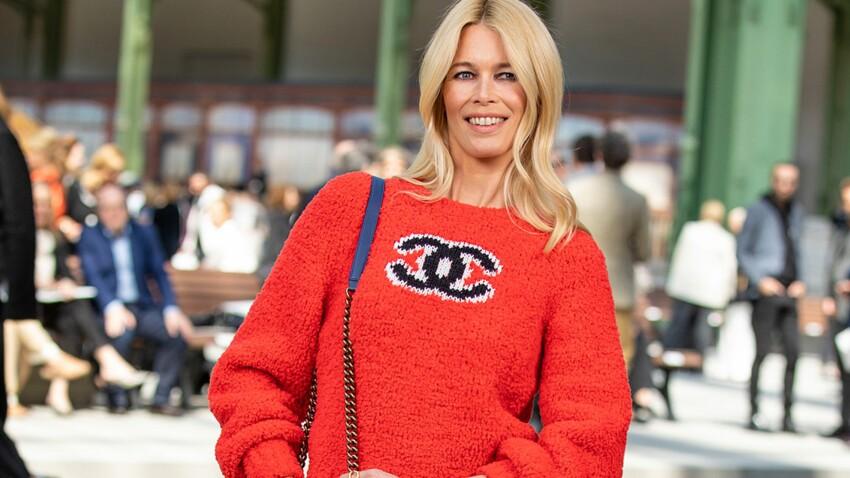 Claudia Schiffer canon : à presque 50 ans, elle porte comme personne la combi en jean délavé avec les bottes au top de la tendance