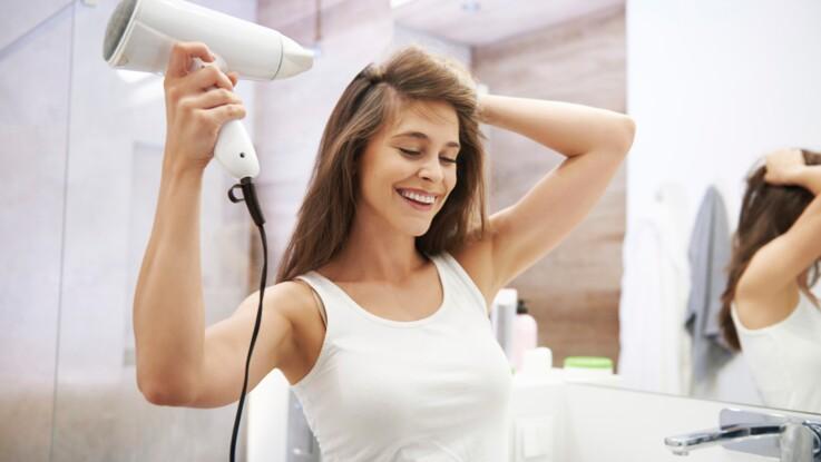 L'étape à ne surtout pas oublier quand on utilise un sèche-cheveux ou un lisseur