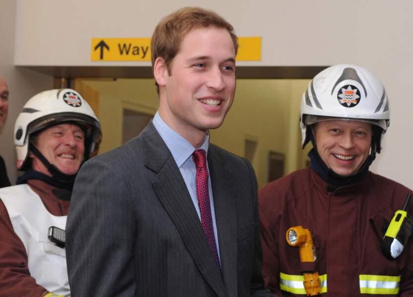 Le prince William rencontre des pompiers qui ont éteint l'incendie de l'hôpital Royal Marsden à Londres, au Royaume-Uni, le 4 janvier 2008.