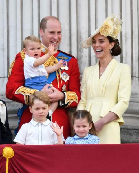 La princesse Charlotte saluant la foule sur le balcon de Buckingham Palace, lors de la cérémonie de Trooping of the colour, le 8 juin 2019.