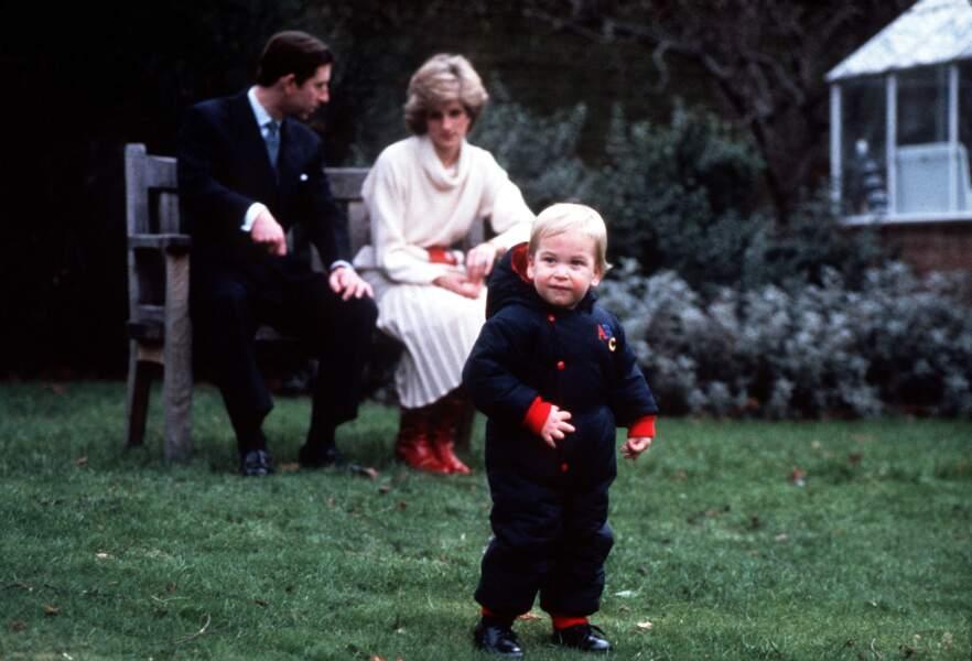 Le prince William, âgé de 18 mois, et ses parents en arrière-plan, au palais de Kensington, le 14 décembre 1983.