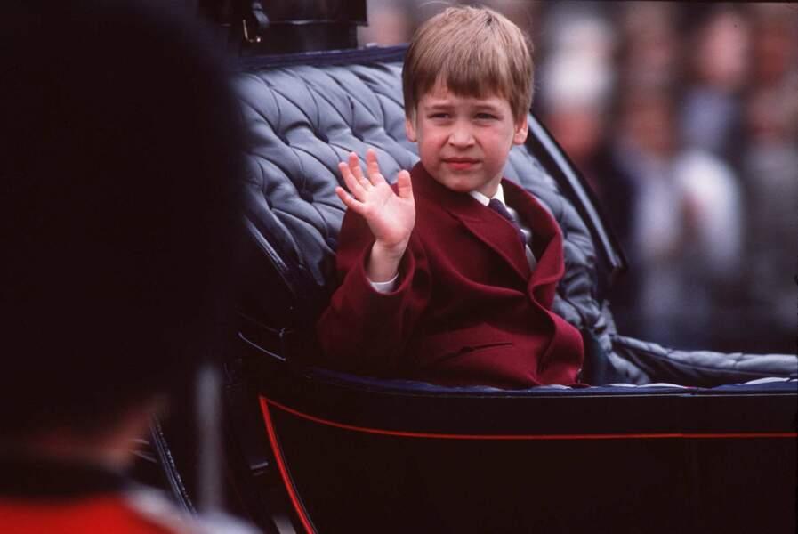 Le prince William saluant la foule dans une voiture, le jour de la parade de Trooping Colour, en 1988, à Londres.