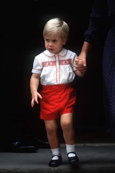 Le prince William quitte la maternité où il était venu rendre visite à son frère Harry, le 16 septembre 1984.