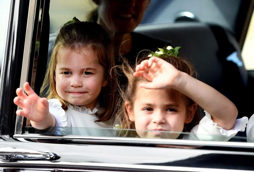 La princesse Charlotte saluant la foule, le jour du mariage de la princesse Eugénie avec Jack Brooksbank, au château de Windsor, le 12 octobre 2018.