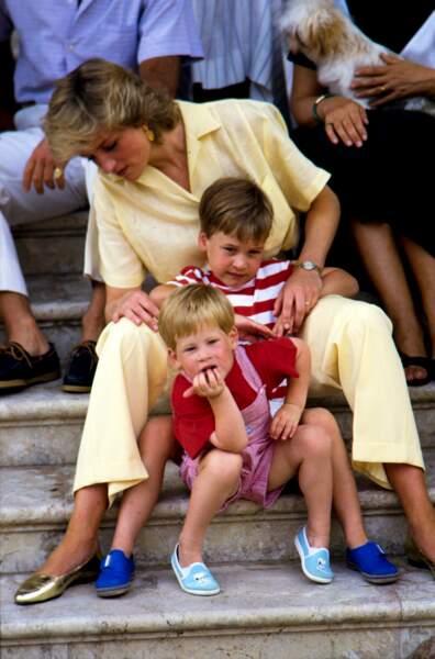 Lady Di avec ses deux fils, Harry et William, en vacances à Majorque en août 1987.