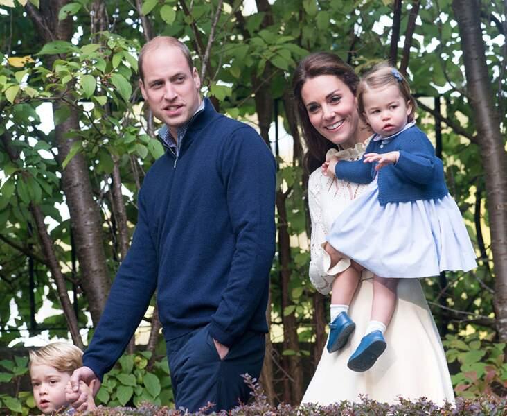 La princesse Charlotte dans les bras de sa mère Kate Middleton, avec son père, le prince William, lors d'un séjour au Canada, en septembre 2016.