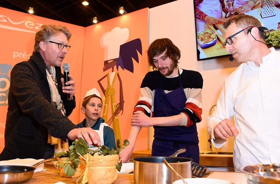 """Sébastien Demorand et Romain Tischenko au cours d'une démonstration culinaire """"Une Toque à la cantoche"""", au Salon du Livre 2015, le 20 mars 2015."""