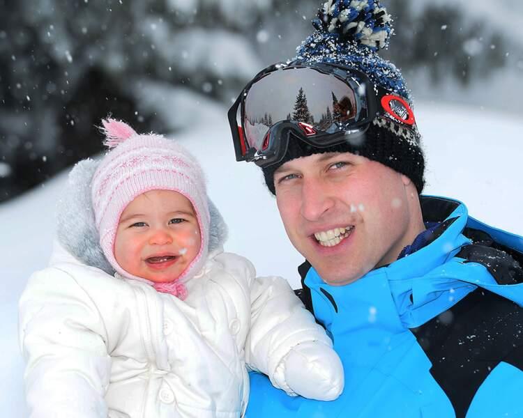La princesse Charlotte dans les bras de son père, le prince William, le 7 mars 2016, dans les Alpes françaises.