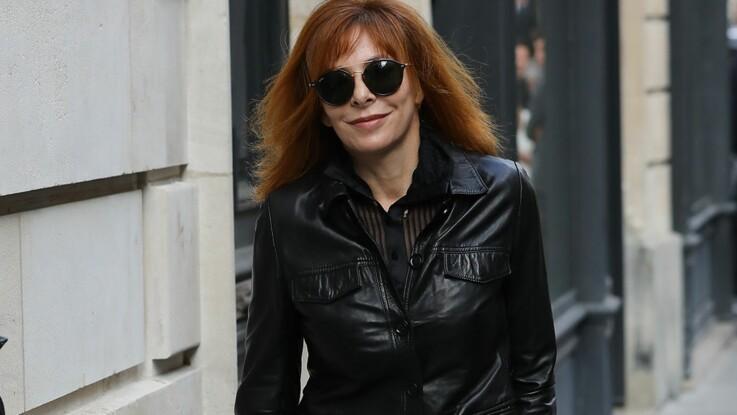 Photos - Mylène Farmer : à 58 ans, elle se lâche et défile pour le dernier show Couture de Jean Paul Gaultier (avec une ceinture sur la poitrine) !