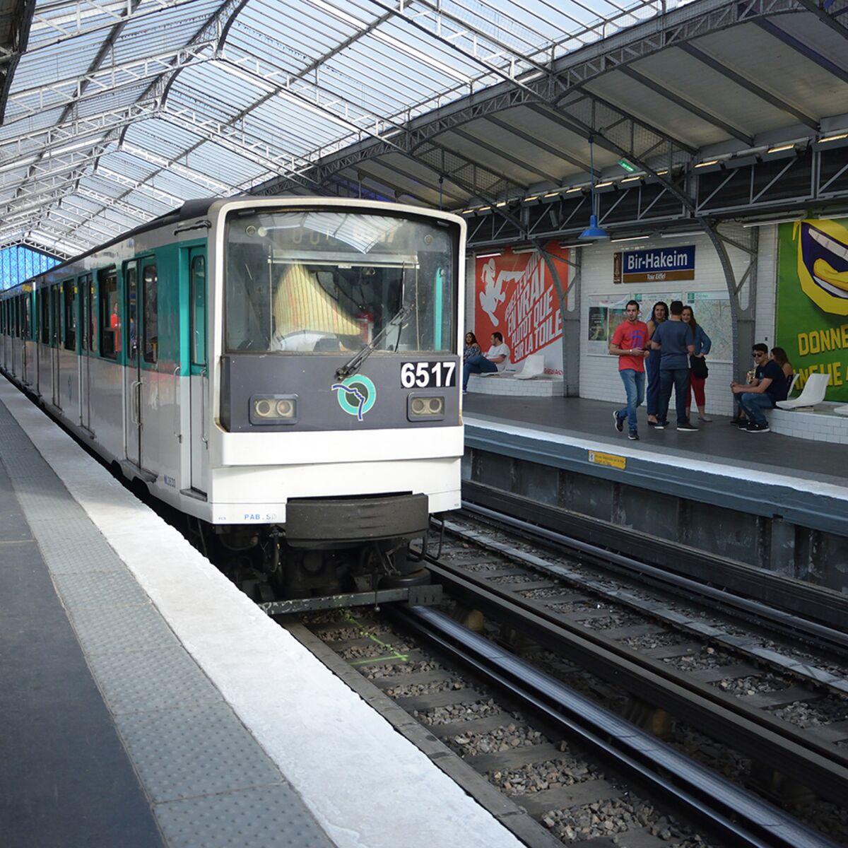 Plaque Metro Parisien Deco zoom sur les stations fantômes du métro parisien : femme