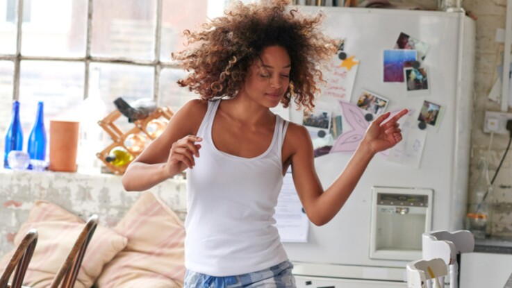 Affiner ses bras en dansant, c'est possible grâce à ces 3 mouvements