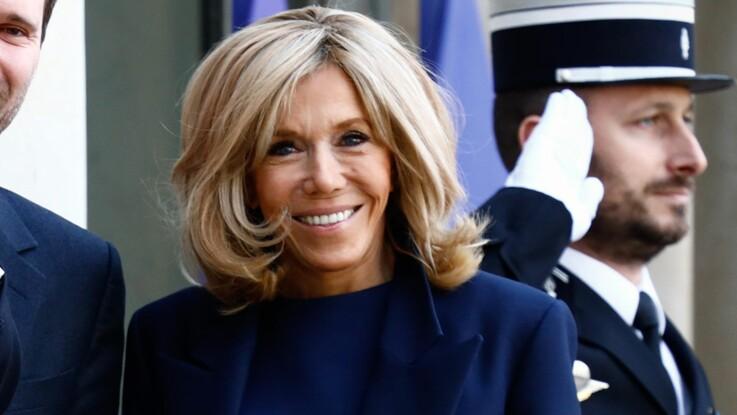 Brigitte Macron à Disneyland Paris : jean et manteau fétiche, la Première dame ressort ses classiques (et c'est la classe) !
