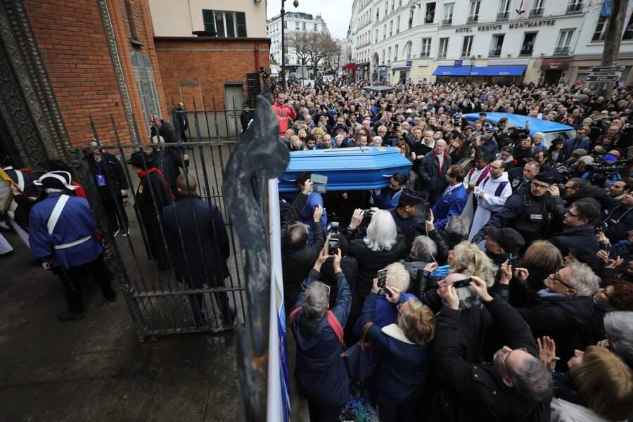 Le cercueil bleu entre dans l'église Saint-Jean de Montmartre.