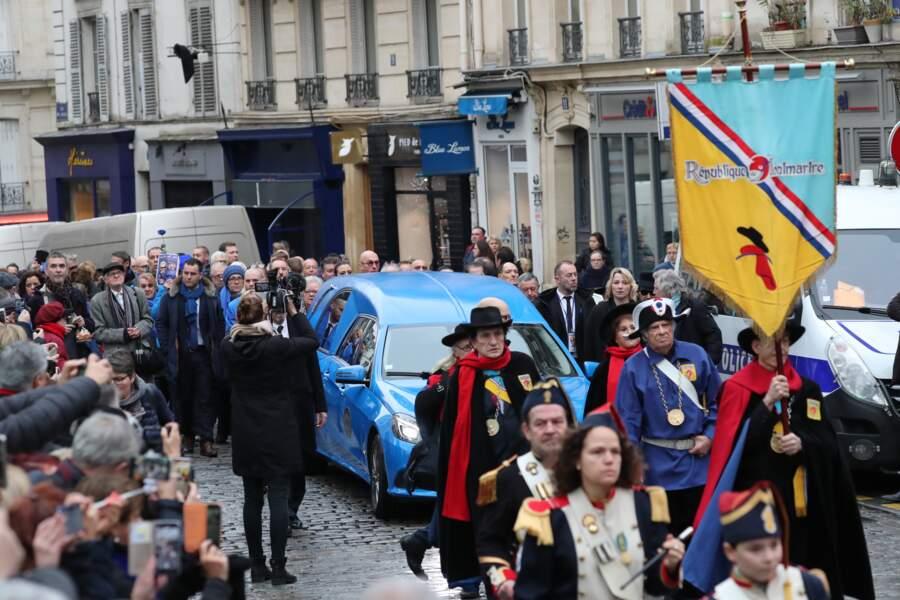 """Après un passage au cabaret """"Chez Michou"""", le convoi funéraire s'est dirigé vers l'église Saint-Jean de Montmartre."""