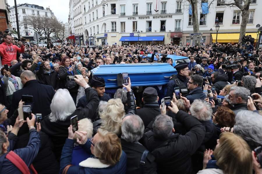 Le cercueil bleu s'apprête à entrer dans l'église Saint-Jean de Montmartre.