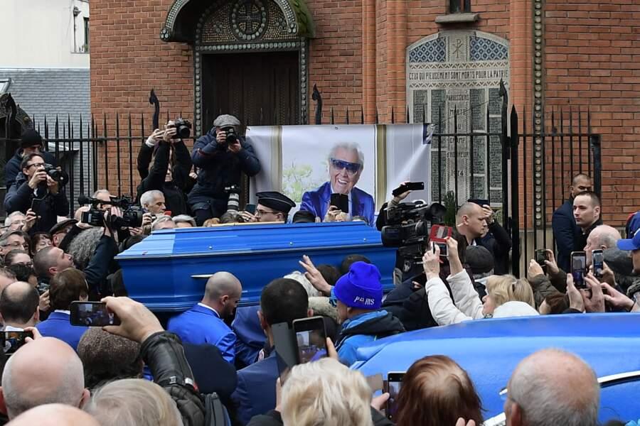 Le cercueil est arrivé à l'église Saint-Jean de Montmartre, à Paris, le 31 janvier 2020, dans un véhicule bleu à l'image de Michou.