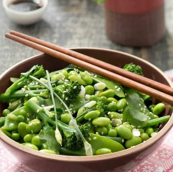 Salade de légumes verts, vinaigrette soja sésame et spiruline