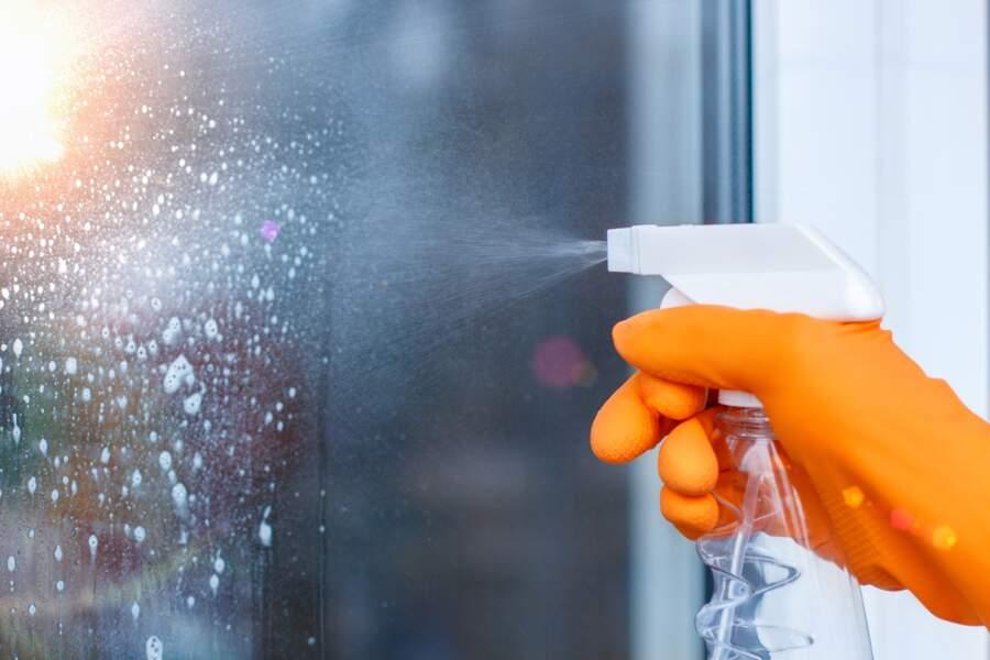 La recette du spray maison pour nettoyer les vitres