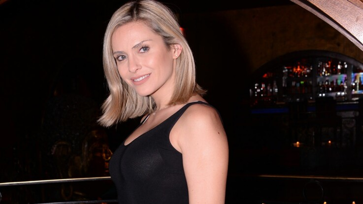 Clara Morgane : chemise en dentelle grande ouverte, elle fait bomber ses seins (ohlala) !