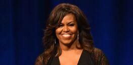 Michelle Obama en robe de soie décolletée et ultra-fendue : elle ressort un cliché 1982 lors de son bal de promo (incroyable !)
