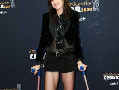 César 2020 : c'est la jambe dans le plâtre et en béquilles que Charlotte Gainsbourg a défilé sur le tapis rouge