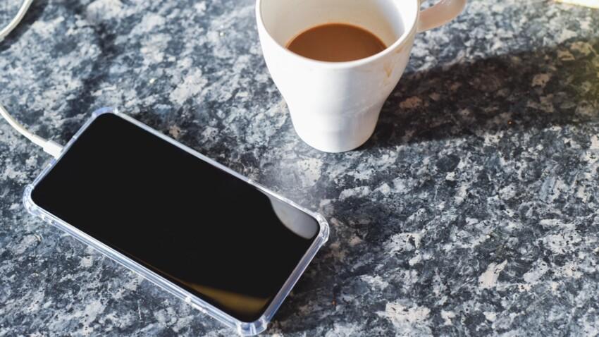 Plan de travail, planche à découper, smartphone... faut-il les nettoyer ou les désinfecter ?