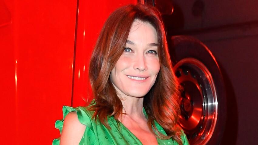 Photos – Carla Bruni toujours canon : jean taille haute seventies et veste courte, elle fait sensation à la fashion week