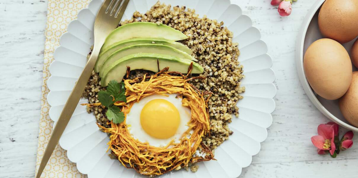 Nid de patate douce et œufs, quinoa et avocat
