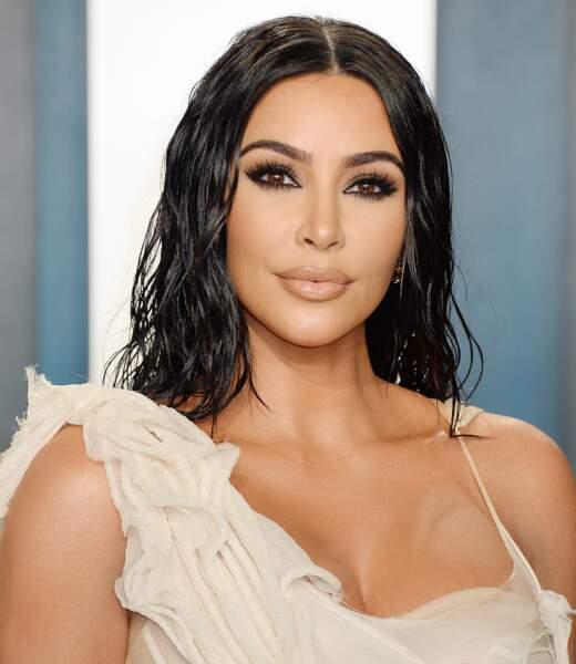 Kim Kardashian prend soin de son contour de l'oeil avec un produit petit prix : le soin Neutrogena