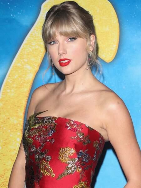 Difficile pour Taylor Swift de se séparer de son rouge à lèvres préféré : elle est accro à cette teinte audacieuse signée M.A.C