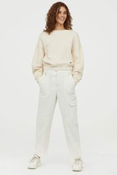 Total look blanc : un pantalon cargo avec un sweat