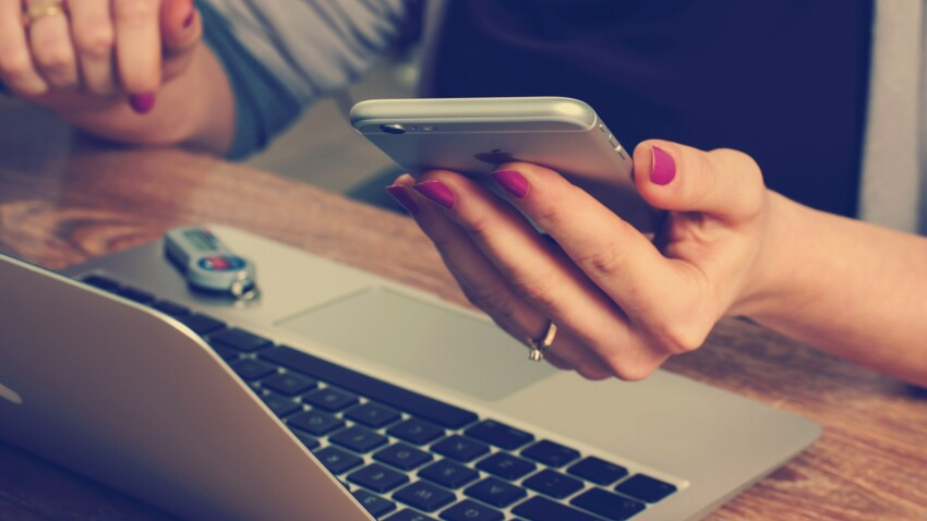 """Covid-19 : peut-on """"s'auto-contaminer"""" en touchant son téléphone portable ?"""