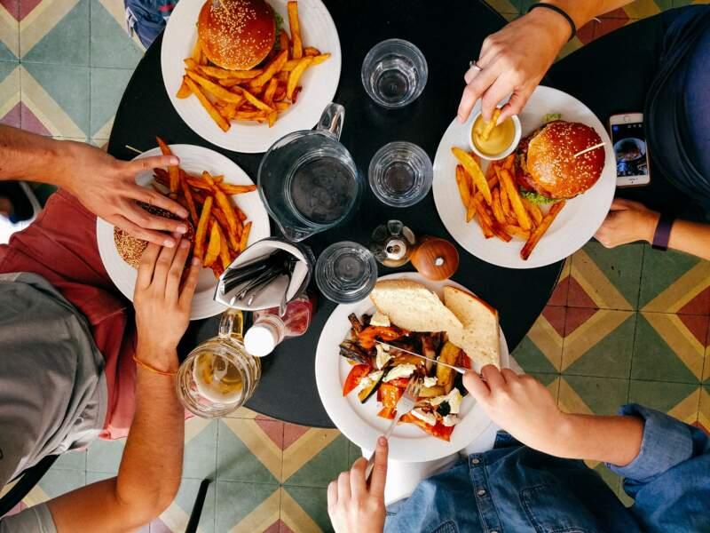 Oublier de se laver les mains avant de manger au restaurant