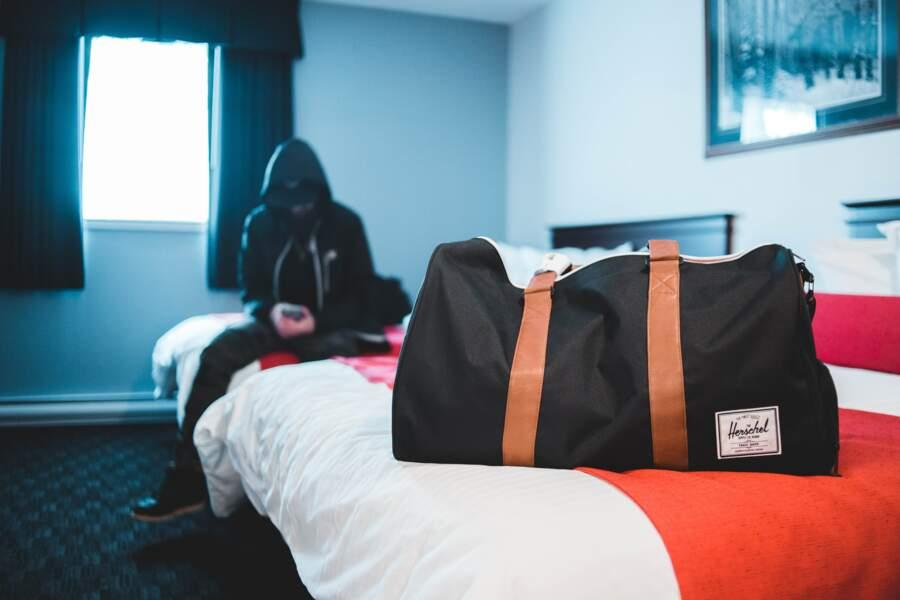 Poser son sac à main sur sa table, son lit ou son canapé